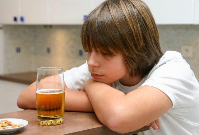 Спаивание несовершеннолетних: статья 151 УК РФ в 2020 году - что будет, наказание